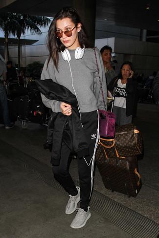 Cómo combinar: deportivas grises, pantalón de chándal de rayas verticales en negro y blanco, sudadera gris, chaqueta motera de cuero negra
