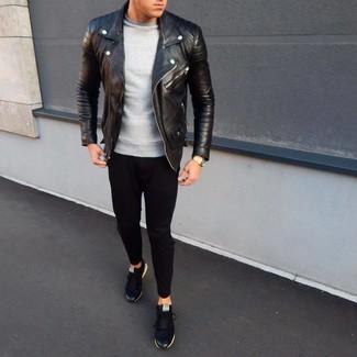 Cómo combinar: tenis negros, pantalón de chándal negro, sudadera gris, chaqueta motera de cuero negra