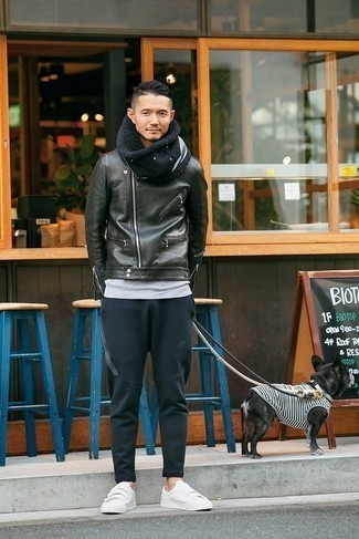 Combinar una chaqueta motera de cuero negra: Para un atuendo tan cómodo como tu sillón elige una chaqueta motera de cuero negra y un pantalón de chándal azul marino. Opta por un par de tenis de lona blancos para mostrar tu inteligencia sartorial.
