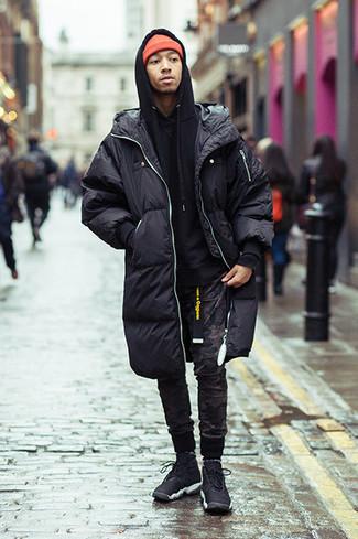 Combinar un abrigo de plumón: Para crear una apariencia para un almuerzo con amigos en el fin de semana empareja un abrigo de plumón con un pantalón de chándal de camuflaje negro. Deportivas negras añadirán interés a un estilo clásico.