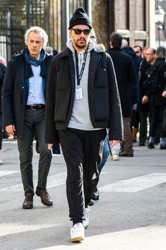 Combinar un pantalón de chándal negro: Empareja una chaqueta estilo camisa acolchada negra con un pantalón de chándal negro para una apariencia fácil de vestir para todos los días. Tenis de cuero blancos son una sencilla forma de complementar tu atuendo.
