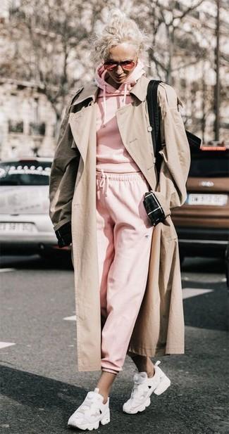 Cómo combinar: deportivas blancas, pantalón de chándal rosado, sudadera con capucha rosada, gabardina en beige