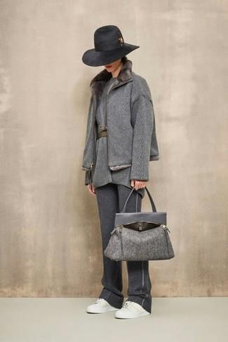 Combinar una bolsa tote de lana en gris oscuro: Ponte un abrigo con cuello de piel gris y una bolsa tote de lana en gris oscuro transmitirán una vibra libre y relajada. Tenis de cuero blancos son una opción buena para completar este atuendo.