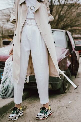 Cómo combinar: deportivas grises, pantalón de pinzas blanco, camiseta con cuello circular estampada blanca, gabardina en beige