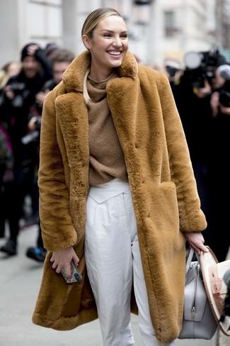 Cómo combinar: bolsa tote de cuero gris, pantalón de pinzas blanco, jersey oversized de punto marrón, abrigo de piel marrón claro
