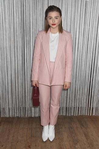 Cómo combinar: botines de cuero blancos, pantalón de pinzas de rayas verticales rosado, blusa de manga corta blanca, blazer de rayas verticales rosado