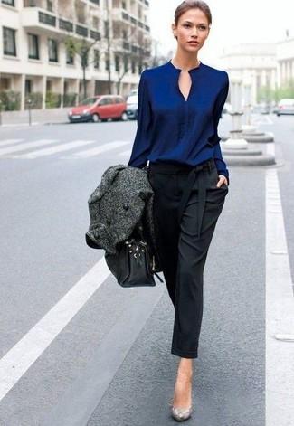 Cómo combinar: zapatos de tacón de cuero con print de serpiente grises, pantalón de pinzas negro, blusa de manga larga azul marino, abrigo en gris oscuro