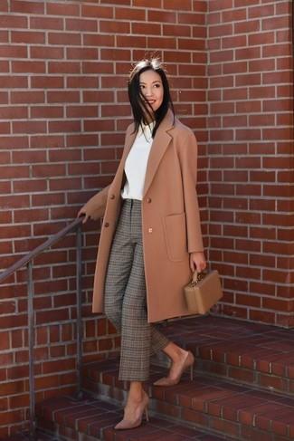 Cómo combinar: zapatos de tacón de ante marrónes, pantalón de pinzas de tartán verde oliva, blusa de manga larga blanca, abrigo marrón claro