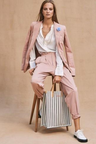 Cómo combinar: tenis de cuero en blanco y negro, pantalón de pinzas rosado, blusa de manga larga blanca, blazer rosado