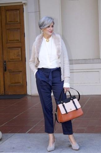 Moda para mujeres de 60 años: Para un atuendo que esté lleno de caracter y personalidad ponte un cárdigan gris y un pantalón de pinzas de rayas verticales azul marino. Zapatos de tacón de ante grises son una opción muy buena para complementar tu atuendo.