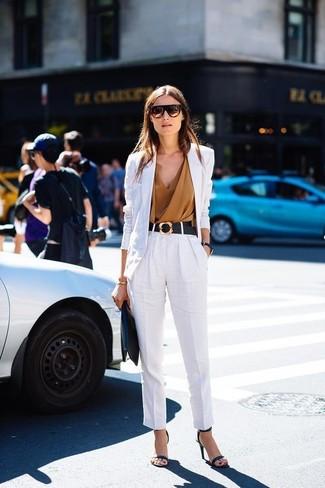 Cómo combinar: sandalias de tacón de cuero negras, pantalón de pinzas de lino blanco, blusa sin mangas marrón claro, blazer de lino blanco