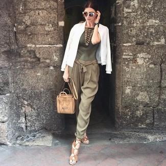 Cómo combinar: sandalias romanas de cuero marrón claro, pantalón de pinzas verde oliva, blusa sin mangas de crochet verde oliva, cazadora de aviador blanca