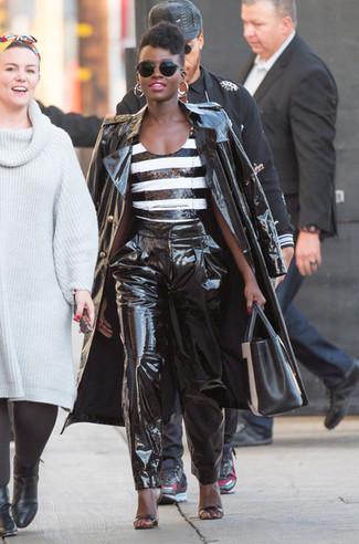Cómo combinar: sandalias de tacón de cuero negras, pantalón de pinzas de cuero negro, blusa sin mangas con cuentas de rayas horizontales en negro y blanco, gabardina de cuero negra