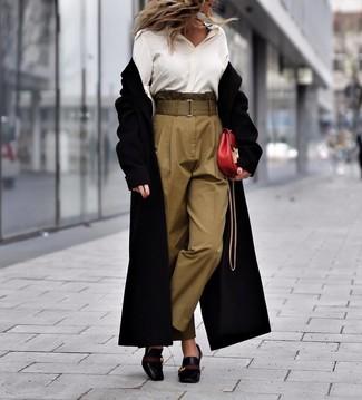 Combinar unos zapatos de tacón de cuero negros: Intenta combinar un abrigo negro junto a un pantalón de pinzas verde oliva para lucir elegante y distinguida. Completa el look con zapatos de tacón de cuero negros.