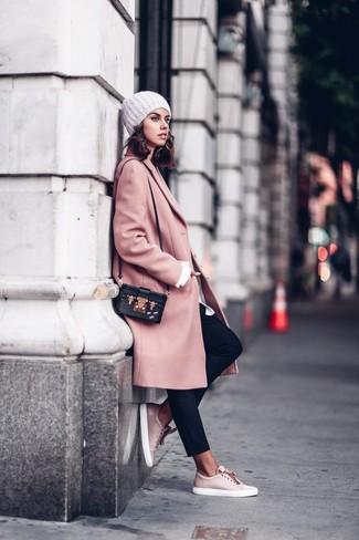 Cómo combinar: tenis de cuero rosados, pantalón de pinzas negro, camisa de vestir blanca, abrigo rosado