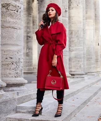 Outfits mujeres: Emparejar un abrigo rojo junto a un pantalón de pinzas negro es una opción atractiva para un día en la oficina. Zapatos de tacón de cuero con recorte negros son una opción muy buena para completar este atuendo.