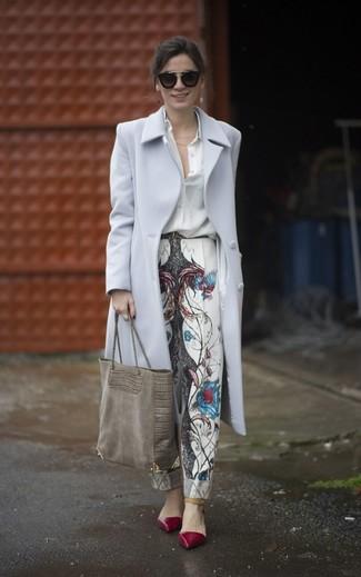 Cómo combinar: zapatos de tacón de cuero burdeos, pantalón de pinzas estampado blanco, camisa de vestir de seda blanca, abrigo gris