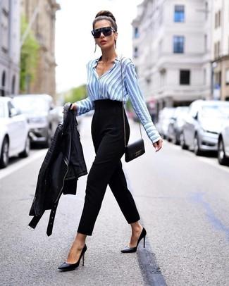 Cómo combinar: zapatos de tacón de cuero negros, pantalón de pinzas negro, camisa de vestir de rayas verticales celeste, chaqueta motera de cuero negra