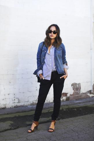 Cómo combinar: sandalias de tacón de cuero negras, pantalón de pinzas negro, camisa de vestir celeste, chaqueta vaquera azul
