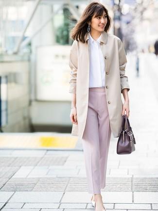 Cómo combinar: bailarinas de cuero plateadas, pantalón de pinzas rosado, camisa de vestir blanca, gabardina en beige