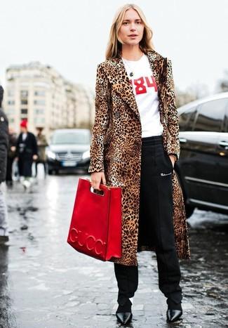 Cómo combinar: zapatos de tacón de cuero negros, pantalón de pinzas negro, camiseta con cuello circular estampada en blanco y rojo, abrigo de piel de leopardo marrón claro
