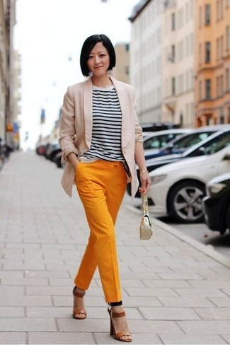 Cómo combinar: sandalias de tacón de cuero marrónes, pantalón de pinzas naranja, camiseta con cuello circular de rayas horizontales en blanco y negro, blazer en beige