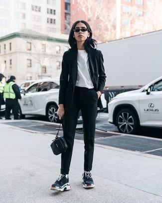 Cómo combinar: deportivas negras, pantalón de pinzas negro, camiseta con cuello circular blanca, blazer negro