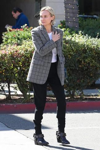 Cómo combinar: botines de cuero en marrón oscuro, pantalón de pinzas negro, camiseta con cuello circular blanca, blazer de tartán gris