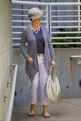 Cómo combinar: sandalias de dedo doradas, pantalón de pinzas de lino blanco, camiseta con cuello circular azul marino, cárdigan abierto de rayas horizontales en blanco y azul marino