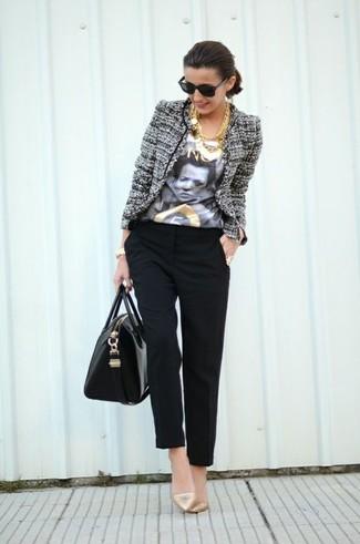 Cómo combinar: zapatos de tacón de cuero dorados, pantalón de pinzas negro, camiseta con cuello circular estampada en blanco y negro, chaqueta de tweed gris