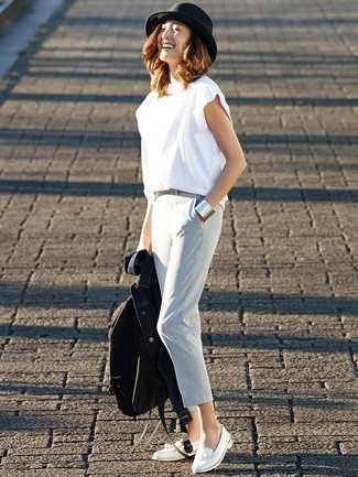 Cómo combinar: mocasín con borlas de cuero blanco, pantalón de pinzas celeste, camiseta con cuello circular blanca, chaqueta vaquera azul marino