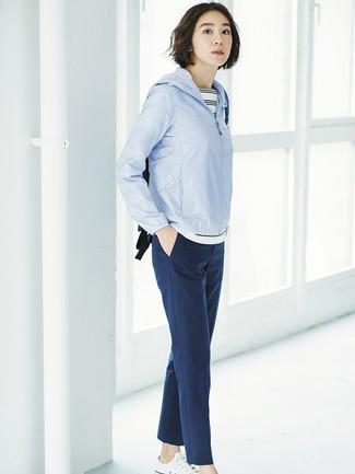 Cómo combinar: tenis de lona blancos, pantalón de pinzas azul marino, camiseta con cuello circular de rayas horizontales en blanco y negro, chubasquero celeste