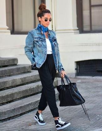 Cómo combinar: zapatillas altas de lona negras, pantalón de pinzas negro, camiseta con cuello en v blanca, chaqueta vaquera azul