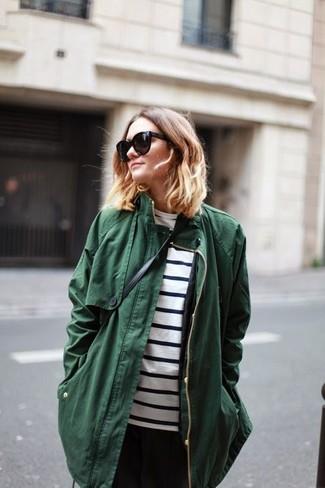 Cómo combinar: bolso bandolera de cuero negro, pantalón de pinzas negro, camiseta de manga larga de rayas horizontales en blanco y negro, parka verde oscuro