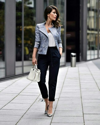 Cómo combinar: zapatos de tacón de cuero con print de serpiente grises, pantalón de pinzas azul marino, camiseta sin manga blanca, blazer cruzado celeste