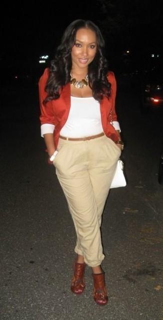 Cómo combinar: chinelas de cuero rojas, pantalón de pinzas en beige, camiseta sin manga blanca, blazer rojo