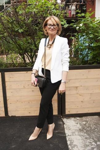 Cómo combinar: zapatos de tacón de cuero en beige, pantalón de pinzas negro, camiseta sin manga en beige, blazer blanco