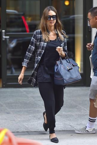 Cómo combinar: bailarinas de cuero negras, pantalón de pinzas negro, camiseta sin manga azul marino, camisa de vestir de tartán en gris oscuro