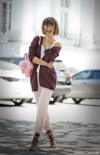 Cómo combinar: sandalias de tacón de ante burdeos, pantalón de pinzas en beige, camiseta sin manga blanca, cárdigan abierto burdeos