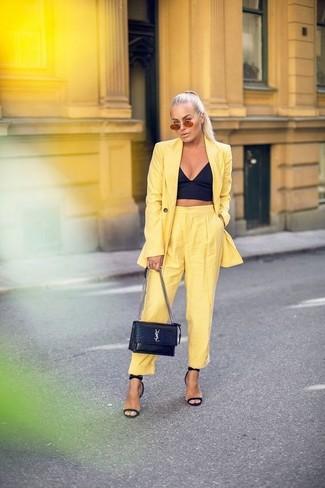 Cómo combinar: sandalias de tacón de cuero negras, pantalón de pinzas amarillo, corsé negro, blazer amarillo