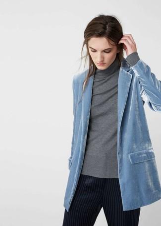 Cómo combinar: pantalón de pinzas de rayas verticales azul marino, jersey de cuello alto gris, blazer de terciopelo celeste