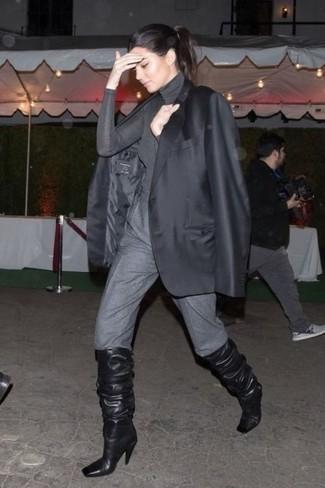 Cómo combinar: botas de caña alta de cuero negras, pantalón de pinzas gris, jersey de cuello alto gris, blazer negro