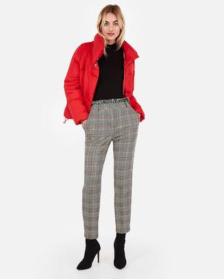 Cómo combinar: botines de ante negros, pantalón de pinzas de tartán gris, jersey de cuello alto negro, plumífero rojo