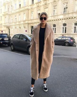 Look de moda: Tenis de lona en negro y blanco, Pantalón de pinzas negro, Jersey con cuello circular negro, Abrigo de forro polar marrón claro