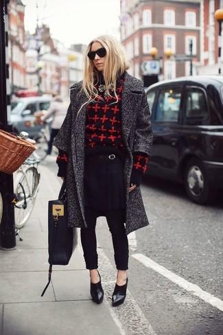 Cómo combinar: botines de cuero negros, pantalón de pinzas negro, jersey con cuello circular estampado en rojo y negro, abrigo en gris oscuro