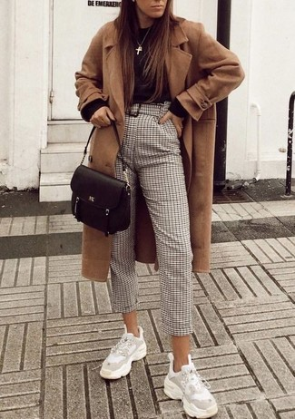 Cómo combinar: deportivas blancas, pantalón de pinzas a cuadros en beige, jersey con cuello circular negro, abrigo marrón claro