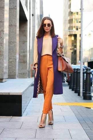 Cómo combinar: botines de ante con recorte en beige, pantalón de pinzas naranja, jersey con cuello circular en beige, abrigo sin mangas morado
