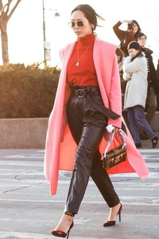 Cómo combinar: zapatos de tacón de ante en rojo y negro, pantalón de pinzas de cuero negro, jersey de cuello alto rojo, abrigo rosado