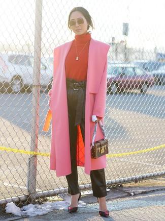 Cómo combinar: zapatos de tacón de cuero estampados negros, pantalón de pinzas de cuero negro, jersey de cuello alto rojo, abrigo rosa