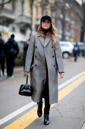 Cómo combinar: botines de cuero negros, pantalón de pinzas negro, jersey de cuello alto negro, abrigo gris